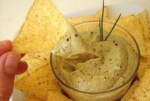 Food: Dip / Dip o Dipping Sauce es una salsa en la que mojar un alimento generalmente más sólido. Es lo que le diferencia de las salsas para salsear, éstas se aplican directamente sobre los alimentos