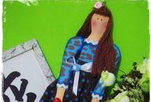 I ♥ Tildas. (Coisas da Lili) Tildas em e.v.a / Tilda - Abreviatura de Matilda  Tilda é uma marca de artesanato criada pela designer norueguesa Tone Finnanger.  São peças em forma de bonecas ou animais.  Chamam a atenção pela sua riqueza em detalhes, delicadeza e ao mesmo tempo pela simplicidade, pois se analisarmos não tem uma fisionomia muito definida, a expressão está nas formas, roupas e acessórios.  A face é muito característica, com seus dois pontinhos para os olhos e bochechas rosadas.