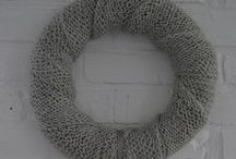 KARDIGAN - 119 zł - wieniec / Niezwykle uroczy wianek, opleciony swetrowym pasem w kolorze jasnej szarości. Ozdobiony zawieszką - dwoma pomponami wykonanymi z takiej samej włóczki jak sam wianek. Niezwykle uroczy wianek, opleciony swetrowym pasem w kolorze jasnej szarości. Ozdobiony zawieszką - dwoma pomponami wykonanymi z takiej samej włóczki jak sam wianek. Doskonały pomysł na prezent. Średnica ok. 35 cm