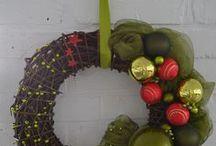 Sprzedany BUTELKA WINA - 139 zł - wieniec / Bardzo duży wieniec w klasycznej kolorystyce zieleni i intensywnej czerwieni szklanych bombek. Wykonany na bazie w niekorowanej wikliny. Dekorację stanowią różnorodne bombki, korale oraz szyfon. Wieniec ten jest niezwykle bogaty w dekoracyjne elementy o najwyższej jakości, przez co doda świątecznego charakteru każdemu wnętrzu. Wianek jest w pełni trwały i może posłużyć także jako dekoracja okna czy ściany.  Doskonały pomysł na świąteczny prezent.  Średnica ok. 43 cm