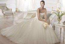 Octavia - Pronovias / A lágyan leomló, légies tüllszoknya bájos csipkedíszei és a szív alakú dekoltázs, együttesen adják ezen mesés esküvői ruha romantikus varázsát!
