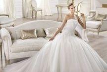 Ocotal - Pronovias / Mesebeli álmod válik valóra, ha ebben a csodálatos Pronovias tüll esküvői ruha modellben mondod ki a boldogító igent! A gyönyörű, aprólékos gyöngydíszítés, mely követi a csipke mintázatát, az alkot sejtelmesen sejtető, hosszított derékvonal igazi hercegnőt varázsol viselőjéből!