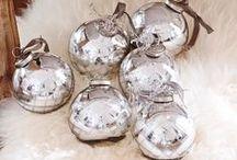 Weihnachtsdeko in Weiß, Silber & Gold / Weiß, Silber und Gold sind die absoluten Deko-Klassiker zur Weihnachtszeit und passen sich perfekt in jede Stil- und Dekorichtung ein. Hier findet Ihr kreative Ideen, mit denen Ihr die perfekte Weihnachtsstimmung zaubern könnt!