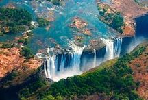 Zimbabwe, Parc Chobe et Chutes Victoria / A la frontière du Zimbabwe et de la Zambie, les chutes Victoria sont une des 7 merveilles naturelles a voir dans sa vie. Mosi-oa-Tunya, la fumée qui gronde est un incontournable lors d'un voyage en Afrique Australe. Le parc Chobe, du côté du Botswana est non loin de là. Une densité d'animaux incroyable. Des Safaris en bateau ou à dos d'éléphant sont des must !