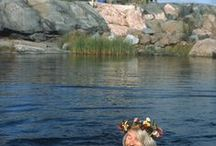 Tove ja muumilaakson väkeä / Taiteilija Tove Janssonin kuvia luomistaan muumihahmoista ja muumilaaksosta sekä kuvia itse Tovesta.