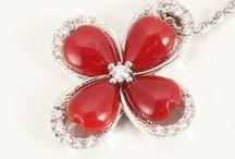 红珊瑚 珊瑚饰品 Coral Jewelry / 红珊瑚并不多, 它的产量较为稀缺, 红珊瑚的饰品有着极高的声誉.