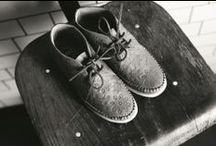 Clarks Originals / Die Clarks Originals Kollektion umfasst Kultschuhe mit Style und Charakter. Clarks Originals Schuhe werden mit langjähriger Schuhmacherkunst entwickelt und an die neuesten Trends angepasst. So entstehen jede Saison neue, individuelle Modelle von Damen- und Herrenschuhen. Ob Desert Boot, Desert Trek, Wallabee oder die Yarra Kollektion, entdecke authentische Schuhe mit Stil!