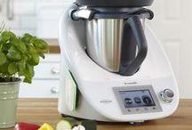 Thermomix ® TM5 / Der Thermomix ® von Vorwerk ist eine einzigartige Küchenmaschine, mit der Sie neue kulinarische Wege gehen, Ihr Potenzial als Koch entfalten und gleichzeitig Zeit und Aufwand sparen können. Dabei ist er enorm leistungsstark, vielseitig und innovativ und nimmt Ihnen beim Kochen viel Arbeit ab.