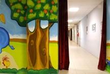 """1.000 metri di arte in movimento - Ospedale Macedonio Melloni / Omeoart Boiron presenta una delle sue """"missioni"""" speciali: regalare allegria ai bambini ricoverati grazie alla creatività e all'impegno degli artisti. """"1.000 metri di arte in movimento"""" è il progetto che ha trasformato il reparto di Neonatologia dell'Ospedale Macedonio Melloni di Milano.  Gregorio Mancino, alias Greg, insieme ad altri artisti e al pubblico, ha colorato le grigie pareti del corridoio"""