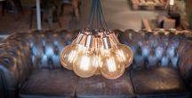 No.3 bundel met 7 lightbulbs - Iron Cord Bundle lamps / Wil je graag meerdere lightbulbs bij elkaar hangen? Met de No.3 bundel hang je in één keer maar liefst zeven lampen bij elkaar, met een sprankelend resultaat. De No.3 is een complete set met strijkijzersnoeren, porseleinen fittingen en een metalen plafondkap. Je hoeft er alleen nog maar een paar mooie lichtbronnen in te draaien! Kies zelf de kleur en de lengte van de stijkijzersnoeren. Ook verkrijgbaar: No.2 met drie lichtpunten en No.8 met vijf lichtpunten.