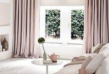 Le Rose dans la déco / Le rose s'invite dans notre décoration, le rose apporte douceur et sérénité. On retrouve la couleur rose dans tous les accessoires de décoration, dans les meubles intérieur et extérieur, dans les luminaires, dans le linge de maison, dans la vaisselle. Le rose symbolise la douceur, le romantisme, la féminité. Mélangé à d'autres teintes comme le gris, le rose est très élégant et apporte beaucoup de charme à votre décoration