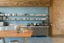 Carreaux de ciment, ciment tiles / Les carreaux de ciment ont investi nos intérieurs, ils apportent noblesse, charme et authenticité. On les trouve au sol, dans la salle de bain, dans la cuisine, en crédence, sur les marches d'escalier,  mixé avec du parquet, aussi sur les meubles…Vous trouverez sur ce tableau toutes les inspirations possible,libre cours à notre imagination, avec des compositions et assemblages infinis.