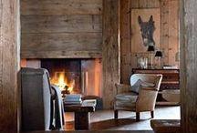 Ambiance chalet / Inspirations de la décoration chaleureuse des chalets. Qui ne rêve pas de s'installer dans un canapé avec un plaid en fausse fourrure, une chaise cozy, des coussins au coin du feu.