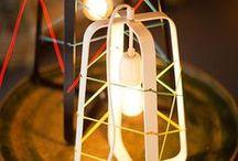 No.31 by Studio Hamerhaai / Ken je Studio Hamerhaai? Deze designers werden bekend door de Rijkswachters, houten robotjes gemaakt van de oude transportkisten van het Rijksmuseum. Ze ontwierpen voor Het Lichtlab de stoere stalen No.31, waar je met elastiek een eigen patroon door kunt rijgen. De lamp is nu te koop, in zwart en wit en in twee formaten. Is het geen plaatje?! Trots op deze gave samenwerking en de toffe lampen! Meer info zie www.hetlichtlab.nl.