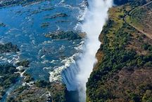 Zimbabwe / Zimbabwe is het Afrikaanse land dat de laatste tijd veel in het nieuws door alle strubbelingen tussen president Mugabe en de blanke grootgrondbezitters. Een land dat zich roert in de oorlog in Congo maar boven alles een prachtig land met natuurparken, oude rotstekeningen en mystieke ruïnes.