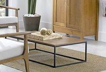 """Mesa """"Curinga"""" / Essa mesa é coringa na decoração e organização dos ambientes de estar e home cinema. Criadas basicamente com traços retas e formas enxutas, pode ser usada sozinha ou combinada aos demais itens, é ideal para expor decorações de cenários despojados, modernos e urbanos. Peça versátil!! Amo usá-la. #versátil #mesa #queridinhadaérika."""