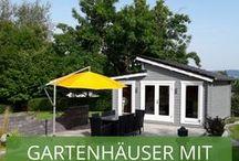 Gartenhaus mit Pultdach / Ein Pultdach Gartenhaus ist modern und praktisch zugleich. Die schräge Dachform sorgt für einen Hingucker im Garten und kann dazu genutzt werden, Regen- oder Schmelzwasser aufzufangen. Wie auch das Pult ist es abgeschrägt. Die obere, hohe Dachkante ist der Dachfirst und die untere Dachkante, die flach auf dem Gartenhaus aufliegt, bildet die Dachtraufe.