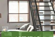 Loft-Style / Großzügige dunkle Bücherregale, eine Ledercouch in der Mitte und ein Wandtattoo in Steinoptik sind klassische Elemente in einem Loft. Dazu kommen Stehlampen mit möglichst großen oder außergewöhnlichen Lampenschirmen und auch eine alte Truhe darf Platz in Ihrem Loft-Gartenhaus finden.