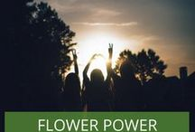 Flower Power Gartenparty - Mottoparty Ideen / Eine Mottoparty im Flower Power Stil steht vor der Tür. Inspirationen in Sachen Deko, Dresscode, Essen und passende Impressionen.