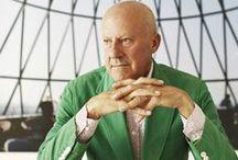 Norman Foster / Norman Foster es un arquitecto británico, que ha sido galardonado con diversos premios de arquitectura, entre los que destacan el premio Pritzker en 19991 y el Premio Príncipe de Asturias de las Artes en 2009.