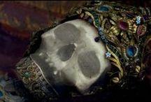 Pallida mors pulsat pede / (pallida mors pulsat pede, lat. - pale death knocks the rythm by feet)