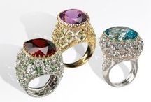 Cocktail Rings / Cocktail Rings brilliantly evoke the height of glory of 1920s America. Amethyst, topaz, garnet and tanzanite shine in fantastic and glittering settings, a feast for the eyes.