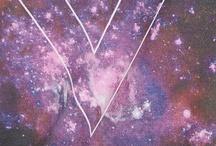 COSMIC TREND / Des silhouettes venues d'un monde lointain et futuriste qui font la part belle aux mélanges audacieux. Bienvenue dans un extraordinaire big bang modesque !