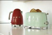 Smeg retro jaren '50 - klein huishoudelijk / Broodrooster, waterkoker, blender en keukenmachine uitgevoerd in retro jaren 50 stijl. Leverbaar in creme, rood, zwart, pastelblauw, watergroen, roze of chroom.  Doel van deze pagina is u inspiratie te bieden voor uw keuken. Hiervoor zijn aantal foto's gedeeld via Pinterest en Google Afbeeldingen. Indien u naamsvermelding wenst, dan voegen wij dit graag voor u toe. In ieder geval dank voor deze foto's.  Meer info over Smeg op https://www.deschouwwitgoed.nl/informatie/merken/smeg
