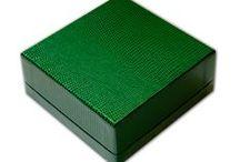 """Scatola tre pezzi / Una tipologia di nostra produzione che per semplicità chiamiamo """"Tre pezzi"""" o """"A cofanetto"""" è una scatola composta giocando con le componenti della scatola classica utilizzando un fondo e due coperchi."""