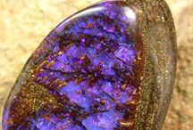 Pietre / La meraviglia dei colori e delle forme di pietre preziose, minerali, gemme.