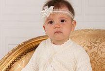 Taufkleider von Princessmoda / Princessmoda Taufkleider sind sehr edel und mit vielen Details verziert. Jedes Outfit wurde mit viel Liebe gefertigt. Ob klassisch oder extravagant. Hier ist für jeden Geschmack etwas dabei. Ein Taufkleid kann zu allen Feierlichkeiten getragen werden, wie Familienfeiern, Hochzeiten oder für die Taufe. Mit Princessmoda Taufkleidern ist Ihr Mädchen immer passend gekleidet.