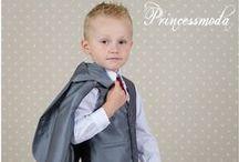Festanzüge für große Jungs / Bei Princessmoda finden eine Reihe an verschiedener Festkleidung für Jungen. Festliche Anzüge in vielen Farben oder Festanzüge mit einer bunten Weste. Passende Krawatten wie auch schwarze Lederschuhe runden das Outfit ab! Erkunden Sie unseren Onlineshop ganz in Ruhe und finden Sie die perfekte Festkleidung für Jungen!