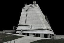 architecture: brutalism/brutalisme (beton brut cq ruw beton); 1950-1960 (with a later resurgence) / Het brutalisme is een architectuurstijl uit de jaren zestig en zeventig, die rauwe en compromisloze gebouwen tot doel had. Kenmerkend zijn onafgewerkte bouwmaterialen en expressieve, vaak geometrische bouwvormen, gedragen door opzichtige constructies van in het zicht gelaten beton. Het brutalisme is verwant aan de internationale stijl en werd vooral toegepast voor onderwijsgebouwen en openbare gebouwen. / by Ben (1) H.E.Wieseman