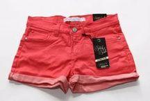Pantaloni Scurti Dama / Cu sandale, balerini sau pantofi cu toc, pantalonii scurti sunt alegerea perfecta pentru zilele calduroase de vara! Racorosi, trendy si la preturi cool. https://www.543.ro/femei/pantaloni/sbcat/pantaloni-scurti