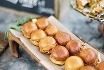 Catering & hapjes // Wedding food / In dit bord verschillende voorbeelden van eten om tijdens je wedding te serveren. Let's get inspired!
