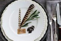 Tafel decoratie bruiloft // Table settings wedding / In dit board inspiratie voor de tablesettings met verschillende elementen als porselein, bloemen, greenery, hout enz.