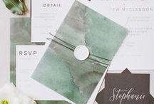 Trouwkaart // Wedding Stationery / De tijd van saaie bruiloft uitnodigingen en kaarten is voorbij, maak plaats voor kalligrafie briefpapier, gepimpte uitnodigingen enz! In dit board inspiratie om briefpapier helemaal persoonlijk te pimpen.