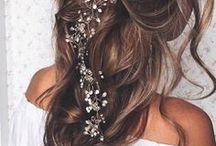 Haar accessoires // Hair accessories / Hairclips met kristallen, diademen, bloemenkranzen en nog veel meer! laat je in dit board inspireren met de mooiste haar accessoires, die je laten stralen op je wedding.