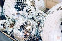 MOODBOARD // Zilver discobal // Disco glitter wedding / In dit board laten we zien hoe je discoballen (en het licht ervan) kan gebruiken in je weddingdecor.