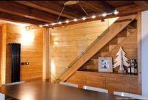 Casa Grise - Courmayeur Italy / • ARCHITECT FABRIZIO GANDOLFO • Come dice il nome stesso della casa, il grande divano grigio al centro del soggiorno è il fulcro dell'intera abitazione. Un particolare di arredamento che spicca ancora di più anche grazie al contrasto con le tenui tonalità del legno. L'equilibrio e l'armonia generale tra i diversi materiali è l'altro aspetto che più caratterizza questa casa: prevalenza lignea, elegante e accogliente che si staglia sulle pareti chiare e valorizza ancora di più la pietra.