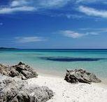 """Sardinien: Costa Rei / Zehn Kilometer weißer, feiner Sand, ein Meer, dessen türkisfarben leuchtendes Band sich erst kurz unterm Horizont im Azur verliert und eine Landsilhouette, die nicht von Häusern, sondern mediterraner Macchia und einigen Hügel dominiert wird, als seien sie zum zusätzlichen Vergnügen der Urlauber ins Bild geschoben: Die Costa Rei trägt ihren Namen nicht von ungefähr. Dass die Königsküste zweifellos vergleichbar mit Stränden der Karibik & Co. ist, sieht selbst der """"Lonely Planet"""" nicht anders."""