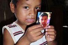 """Acción en Tamshiyacu / El 23 de abril de 2010 realicé -como turista """"implicado"""" que regala recuerdos en vez de llevárselos- una acción en una aldea de la Amazonia peruana: cargado con un móvil y una impresora portatil fui al pueblo de Tamshiyacu (situado a una hora en barca de la ciudad de Iquitos) y tomé fotos de algunos lugareños, entregándoles dichos recuerdos fotográficos según los iba generando."""
