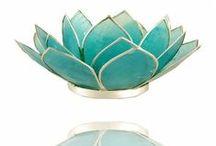 Lotus Sfeerlicht Chakra`s / De Lotus is het symbool van duisternis naar licht, van onwetendheid naar weten. De lotus staat ook symbool voor de 7 energiecentra in het menselijk lichaam, chakra's genoemd.  verkrijgbaar bij www.feelingsonline.nl