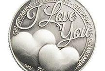 Geluksmunten / Geluksmunten voor heel veel gelegenheden. Leuk om te geven, nog mooier om te krijgen.  Op iedere munt staat op de achterzijde nog een mooie tekst  De munt kan zo gegeven worden, maar ook compleet maken met een zakje en/of sleutelhanger.