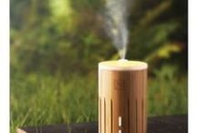 Aroma diffuser / Een aroma diffuser is een simpele en effectieve manier om een heerlijke geur aan je huis te geven en is zeer geschikt voor het verdampen van essentiële oliën op een milieuvriendelijke manier. Het is tevens een perfecte mini luchtbevochtiger. Het water in een diffuser wordt omgezet in stoom door middel van hoge frequente trillingen, waardoor een koude verneveling ontstaat. Hierdoor blijven de moleculen van de etherische olie in tact en heeft een diffuser ook een therapeutische werking.