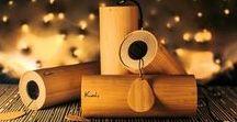 Koshi Chime / De KoshiChime is een bijzonder muziekinstrument, van hoge kwaliteit. En het wordt met de hand gemaakt aan de voet van de Franse Pyreneeën, elke gong is het resultaat van nauwgezet vakmanschap. De Koshi is er in maar één kleur, Gefineerde Bamboe. Alle gebruikte onderdelen zijn duurzaam. De acht snaren in de resonantiebuis zijn met zilver op de grondplaat gelast. De melodie van elke Koshi is rijk aan boventonen.