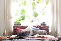 Bohemian room / Ideas to decorate my room when we move in Jan  I want: -lots of pillows -wood furniture  -tapestry on the wall -soft rug -boho covers/bed sheets  (mots clés: boho, bohemian, cozy)