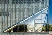 Muzeum Historii Żydów Polskich Polin / Paged na potrzeby muzeum dostarczył autorskie meble, specjalnie zaprojektowane przez Tomka Rygalika. Wśród nich znalazły się między innymi krzesło Polin wykonane z dębowej gięciny i sklejki profilowanej, stoliki, ławy, miękkie siedziska i drewniane zabudowy. Wyrafinowany a jednocześnie oszczędny styl mebli oraz jakość wykonania doskonale współgra z kontekstem unikalnej architektonicznie przestrzeni.
