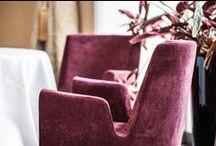 Restauracja Senses, Warszawa / Senses to restauracja z autorską kuchnią szefa Andrea Camastra. W sercu Warszawy powstało wyjątkowe wnętrze. Dominują tu barwy łagodnego écru i różne odcienie beżu. Na tle pastelowych barw wyróżniają się nasze fotele SEN z oberżynową tapicerką. Należące do linii Paged Collection meble nawiązują do stylistyki lat 60. i 70. Uwspółcześnionym przejawem tego są charakterystyczne wycięcie pomiędzy oparciem a podłokietnikiem.