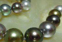Necklaces with Pearls / Our pearl necklaces are all made out of 100% natural pearls and are all selected by us, from sweetwaterpearls to Akoya and Tahiti pearls.